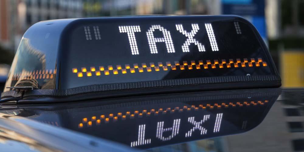 El letrero en la parte de arriba de un taxi en Bruselas.