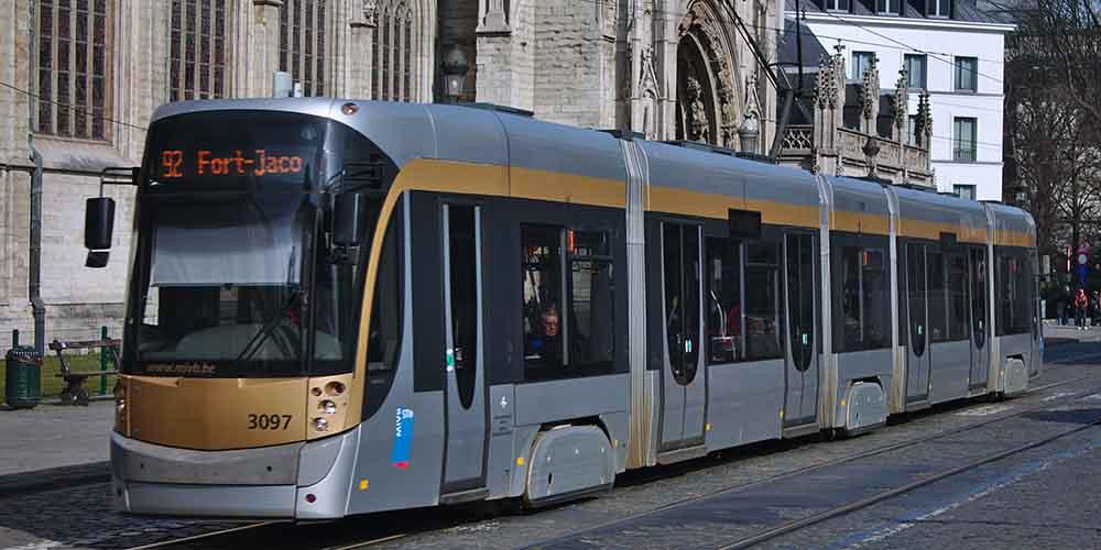 Un tranvía recorriendo las estaciones de la ciudad.