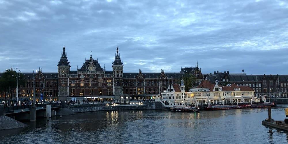 Ubicación y cómo llegar a la estación central de la capital holandesa