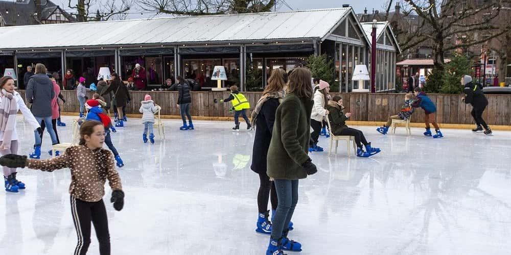 Patinar sobre hielo es una actividad típica en Ámsterdam en Navidad