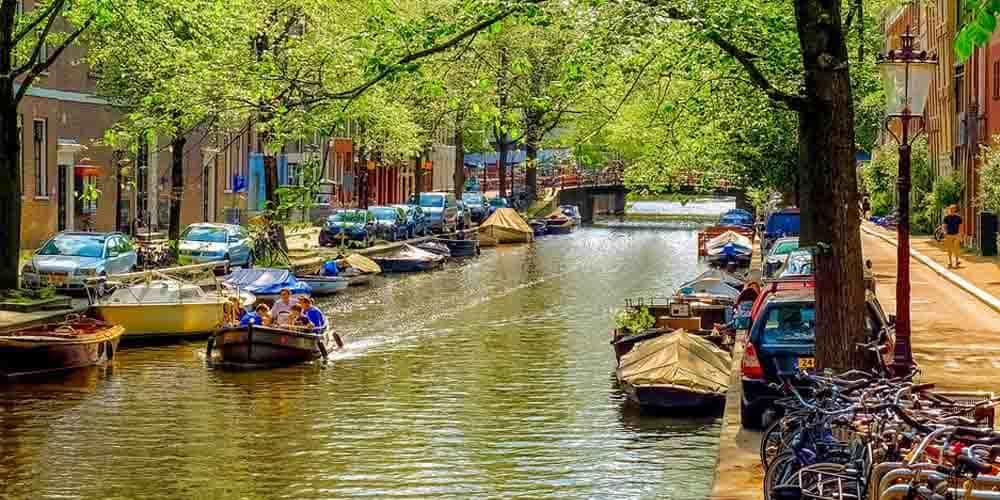 Paseo en bote por un canal de Ámsterdam con niños.