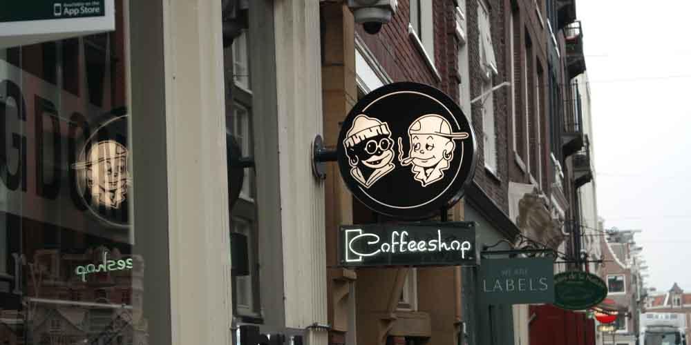Cartel exterior de un coffeshop en Ámsterdam.