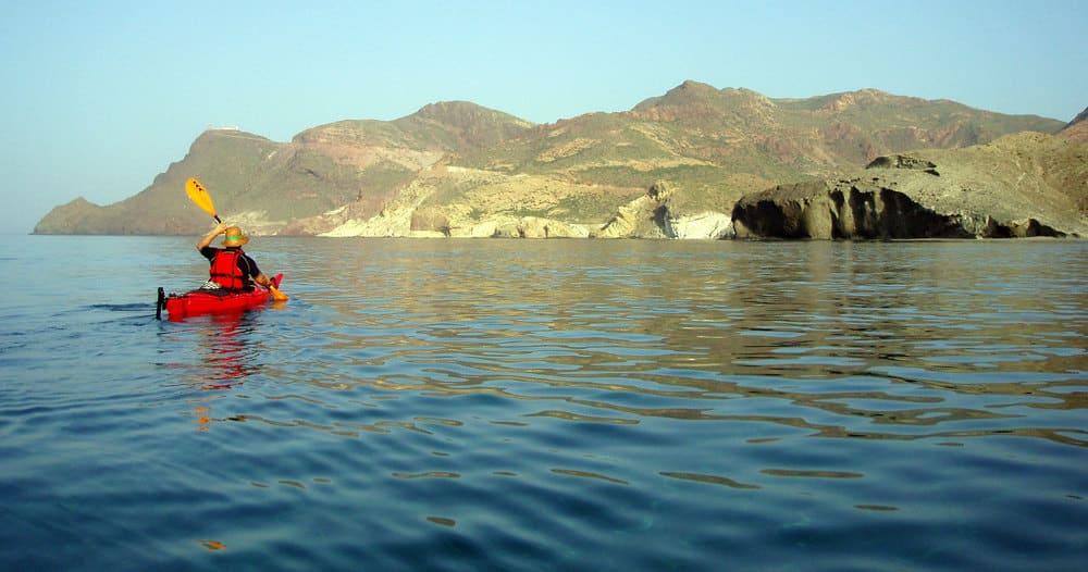 Kayak en Almería con el impresionante acanatilado de fondo