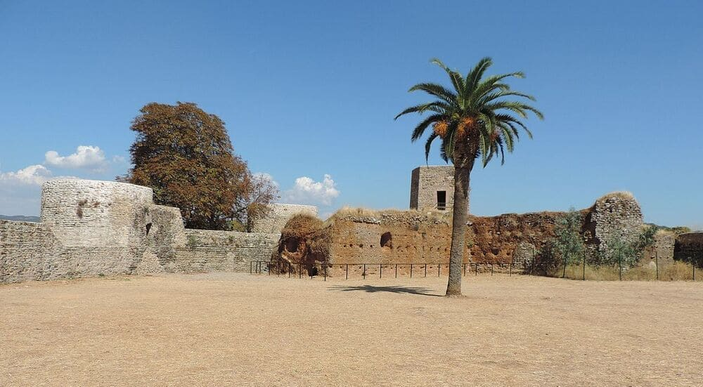 Castillo situado en Constantina al principio de la ruta senderista de los castañares