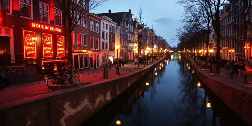 Imagen nocturna del barrio rojo en Amsterdam
