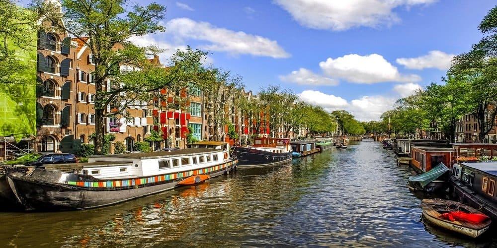 Los canales de Amsterdam en el centro de la ciudad