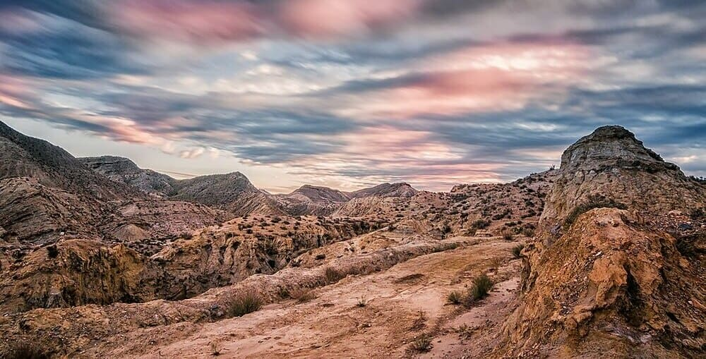 Realizar una ruta de senderismo por el desierto de Tabernas en Almería es una bonita experiencia.