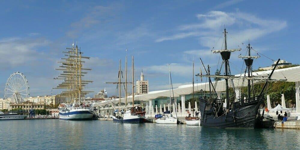 Paseo de domingo por el puerto de la ciudad malagueña