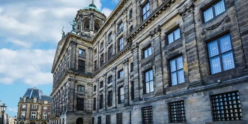 Plaza Dam: un lugar emblemático que no puede faltar en tu itinerario de Fin de semana en Ámsterdam