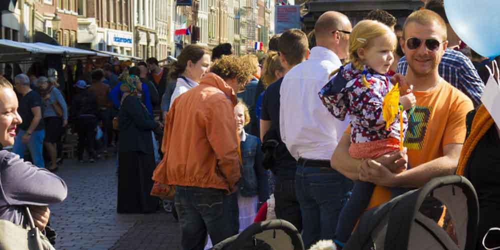 Personas durante el King's Day de Ámsterdam en el Vrijmarkt.
