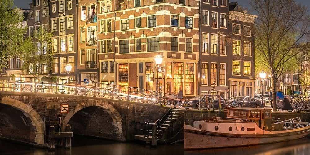 Puente en los canales de Ámsterdam
