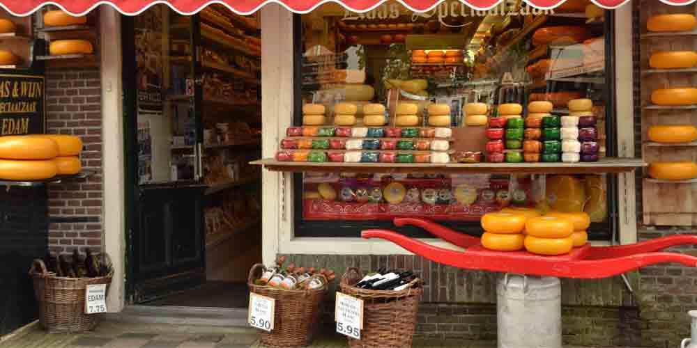 Una tienda de productos típicos de Holanda, con varios tipos de queso Edam a la entrada.