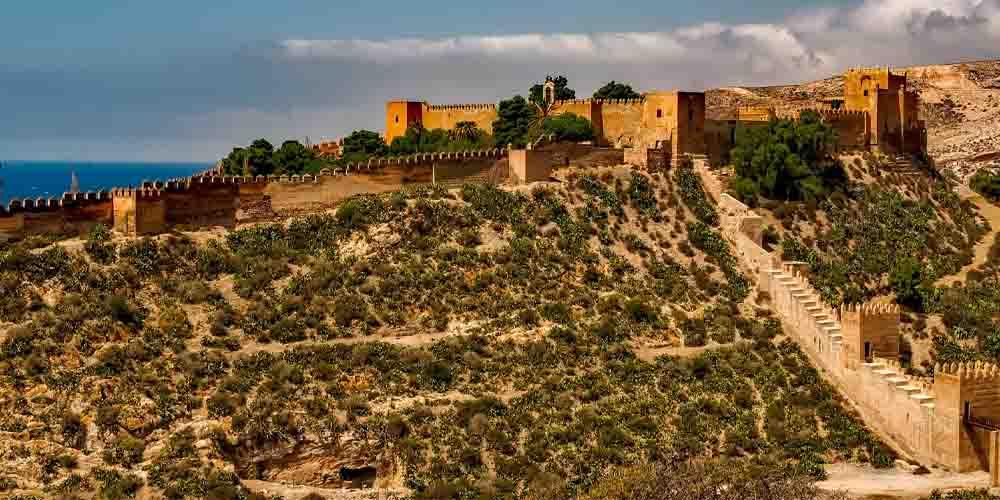 La Alcazaba de Málaga en lo alto del monte Gibralfaro.