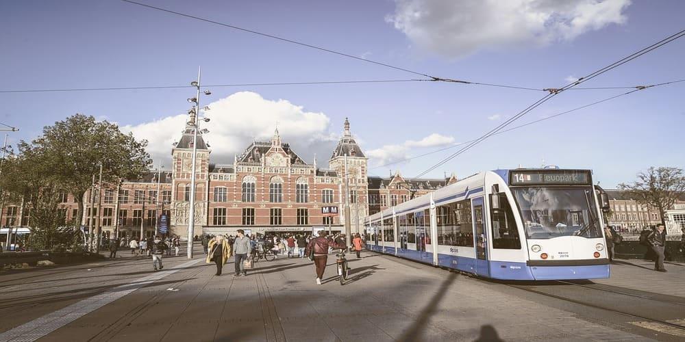 Un tranvía en las calles de Amsterdam
