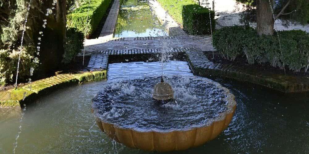Fuente en un jardín dentro de la Alhambra