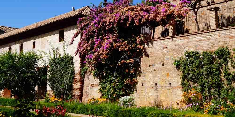 Patio ajardinado de el Generalife, al lado de la Alhambra de Granada.