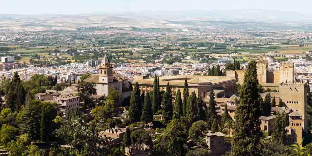 La ciudad de Granada detrás de los palacios nazaríes de la Alhambra.