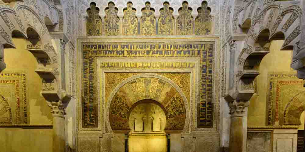 Interior de un pasillo de la Mezquita de Córdoba.