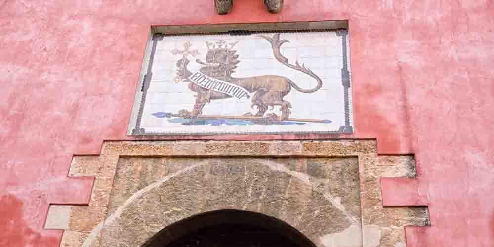 Entrada para visitar el Real Alcázar de Sevilla, con la imagen del León.