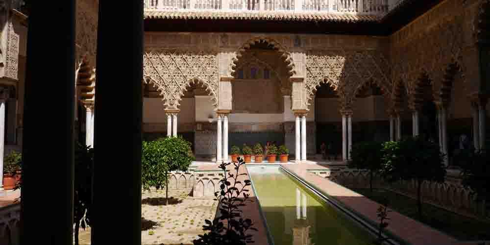 El Patio de las Doncellas en el Palacio Rey Don Pedro.