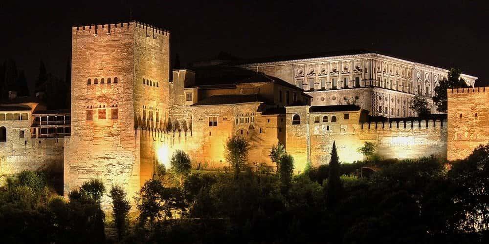 Visitar la Alhambra de noche es un espectáculo único