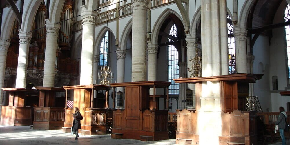 Oude Kerk o Iglesia Vieja, una visita que no puede faltar en tu itinerario por la capital de Países Bajos