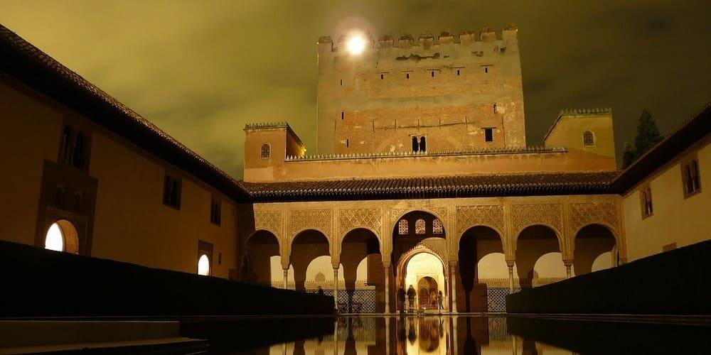 El complejo monumental de la Alhambra de noche