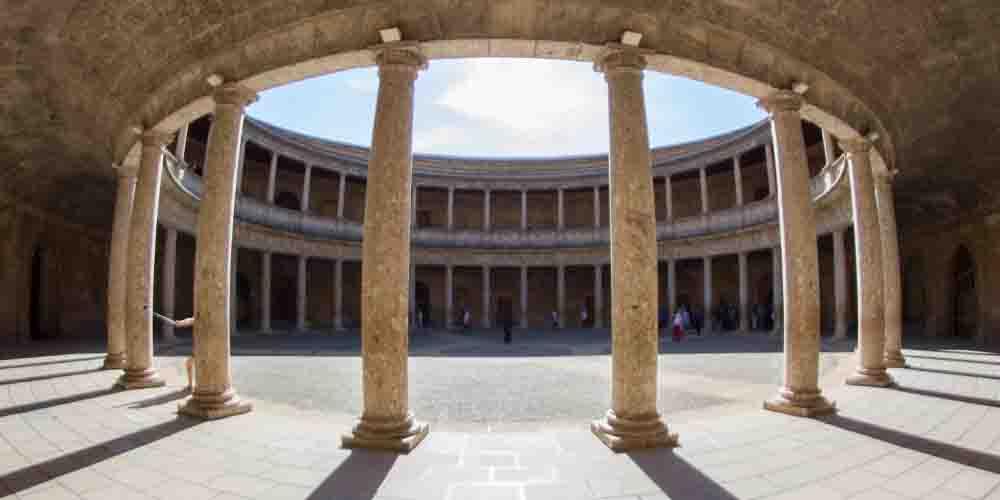 El Palacio de Carlos V en la Alhambra de Granada.