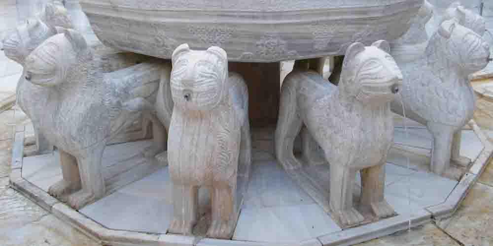 Vista detalle de la fuente de los leones en la Alhambra.