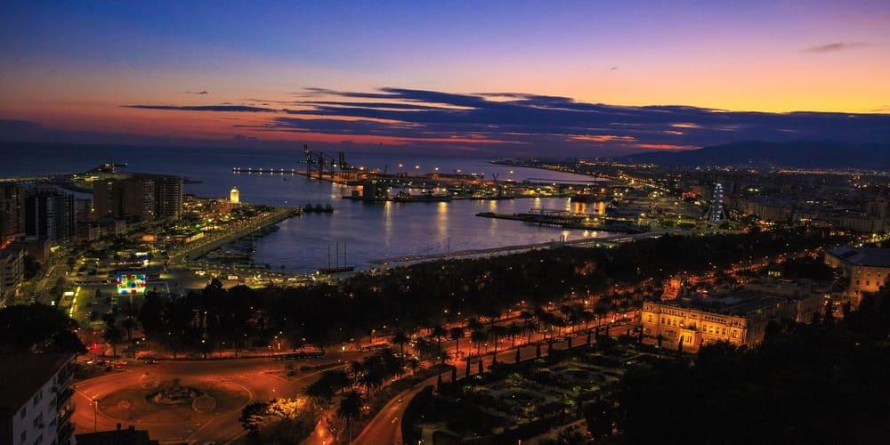 Vista aérea de la ciudad de Málaga al atardecer