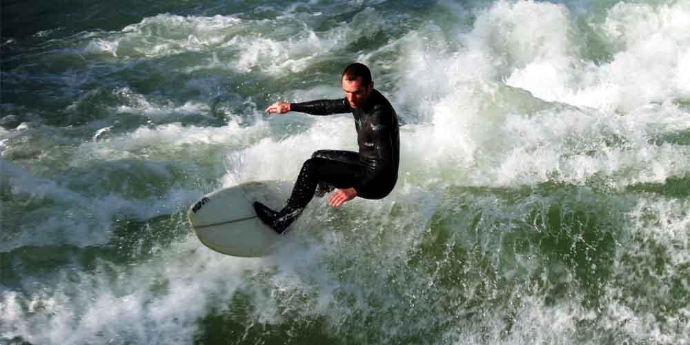 Surf en las playas cerca de Bilbao.