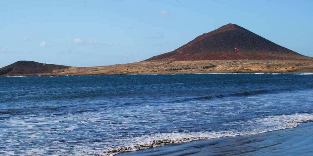 Playa la Tejita, vistas al volcán Montaña Roja en el Norte de Tenerife