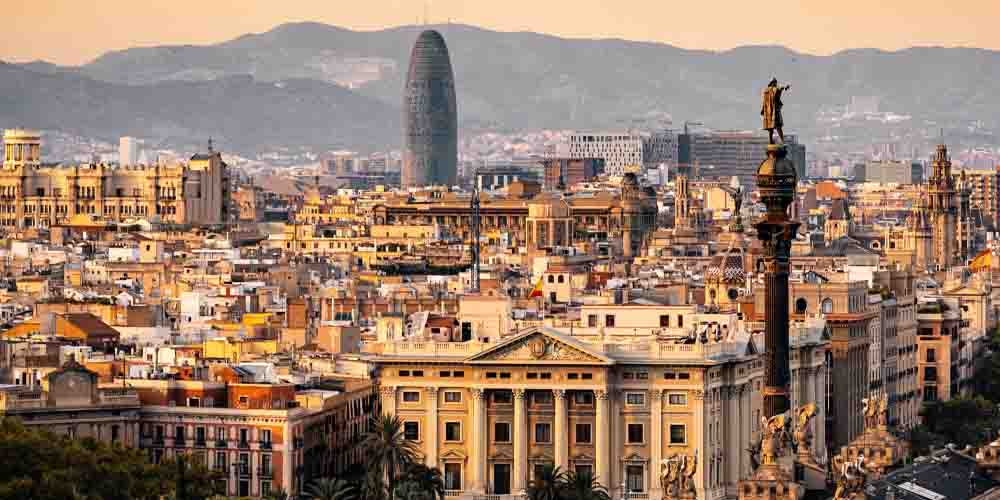 Panorámica de la ciudad de Barcelona con vistas a la estatua de Colón y la Torre Agbar.