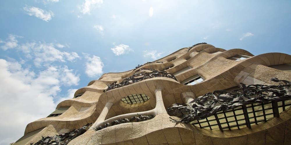 Fachada adornada en un edificio de Barcelona