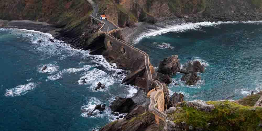 Carretera al islote de Gaztelugatxe en la costa vasca.