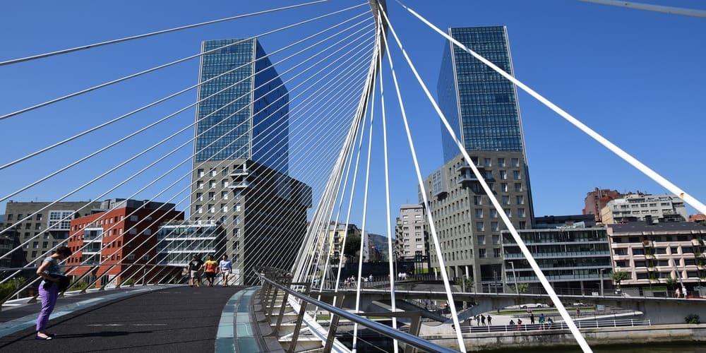 El puente Zubizuri es otra de las cosas que ver en Bilbao