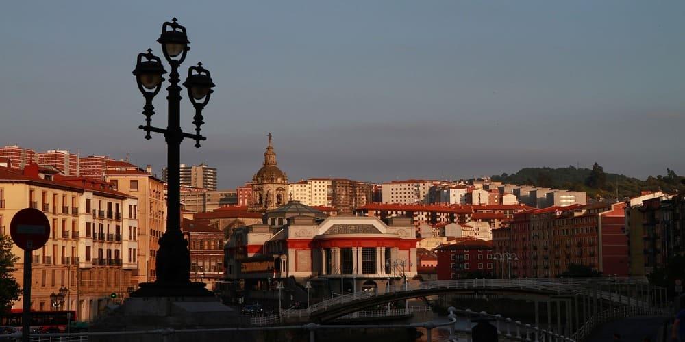 El mercado del la ribera junto a la ría de Bilbao