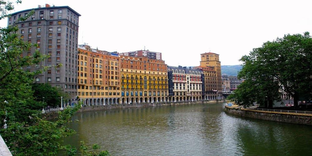 Balconadas de colores junto a la ría de Bilbao