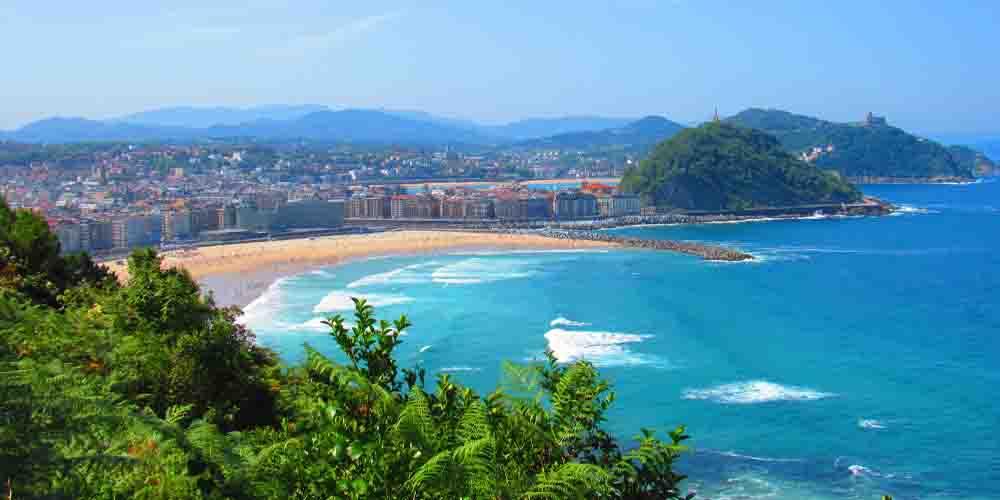 Vista panorámica de la playa de la Concha y el monte Igueldo.