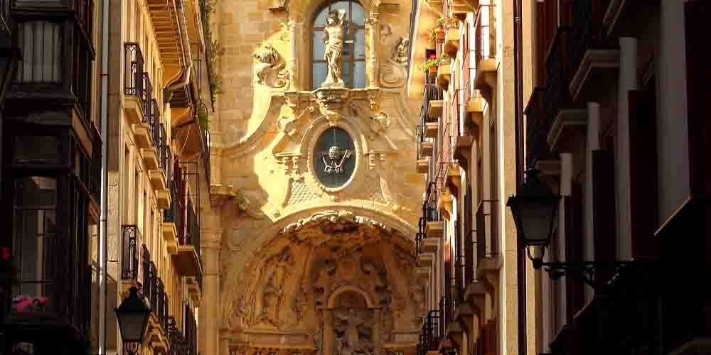Fachada de Santa María del Coro en la parte vieja de San Sebastián.