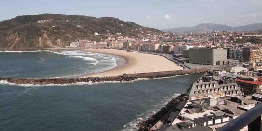 La playa de Zurriola desde el Monte Urgull de San Sebastián.