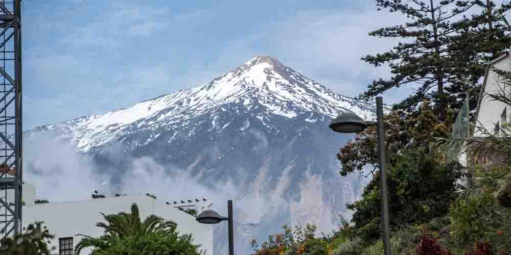 El volcán del Teide de Tenerife nevado en invierno.