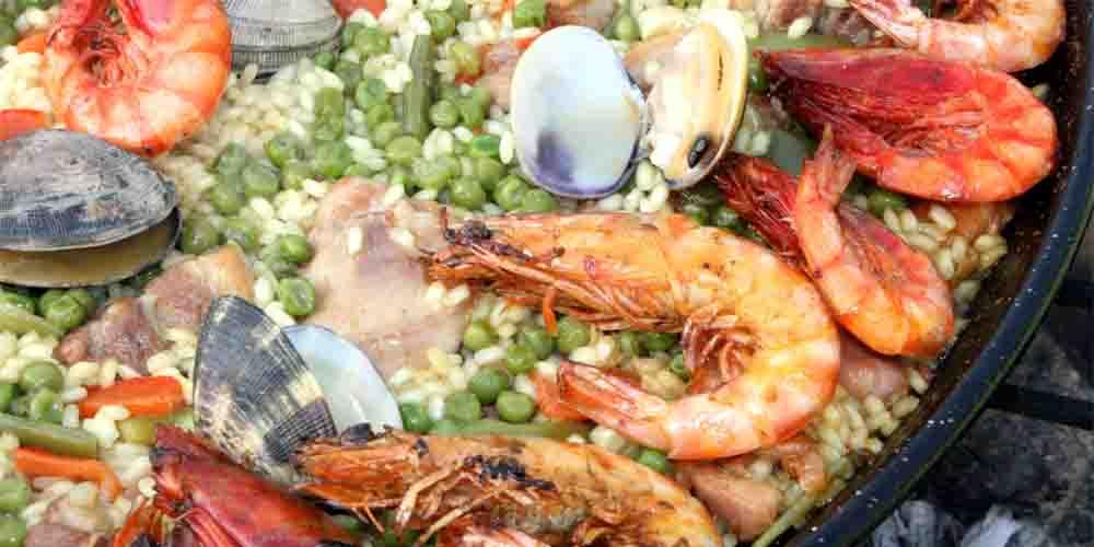 Ocio y gastronomía en Valencia con la típica paella valenciana.