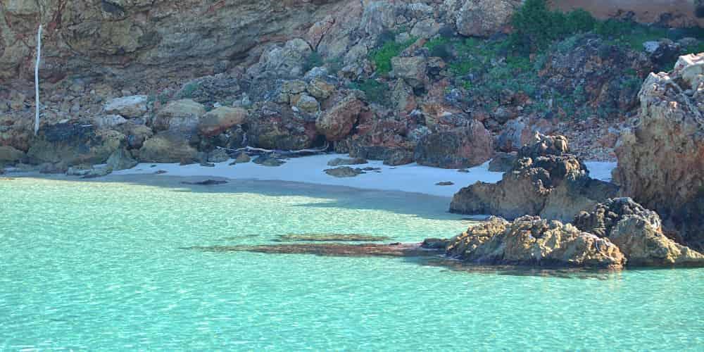 El color turquesa de las aguas es una seña de identidad de las calas de Ibiza