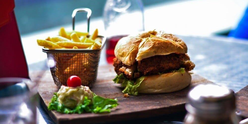Restaurante Es Tomàtic, perfecto para disfrutar de una sabrosa hamburguesa