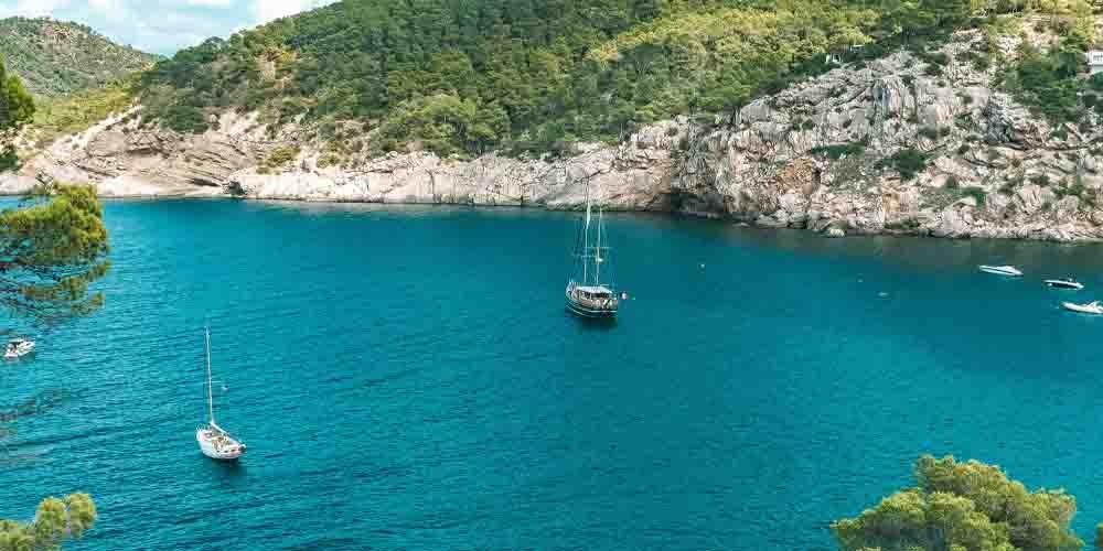 Veleros en las Islas Pitiusas por el Mar Mediterráneo.