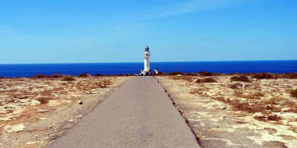 Carretera que lleva a un faro en Formentera.