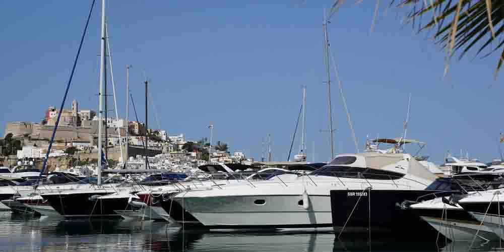 Barcos en el Puerto de Ibiza en las Islas Baleares.
