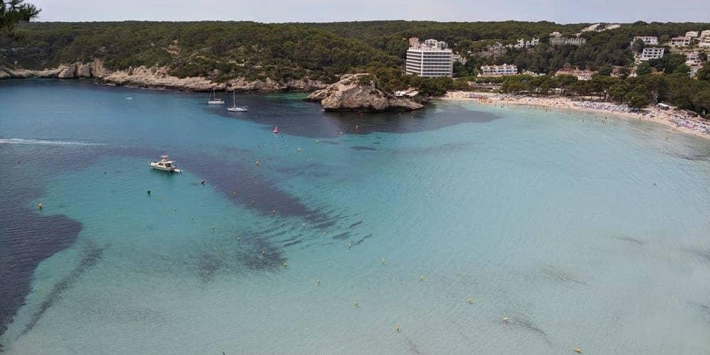 Cala Galdana, disfruta de sus metros de arenas finas y blancas, una de las mejores playas para descansar en Menorca