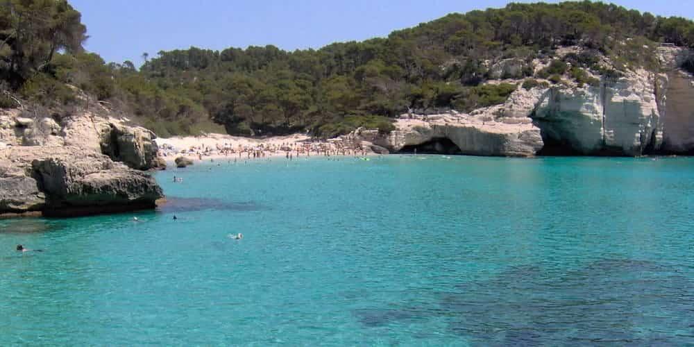 Cala Mitjana, de pequeño tamaño pero con unas aguas turquesas impresionantes